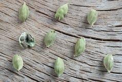 在木背景的Cardamomum 免版税库存照片