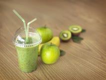 在木背景的Greenfruit圆滑的人 免版税库存图片