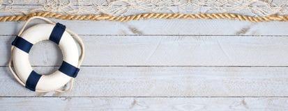 在木背景的Lifebuoy与拷贝空间 免版税库存照片