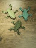 在木背景的Origami青蛙 库存照片