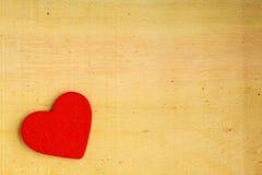 在木背景纹理的红色装饰心脏 免版税库存照片