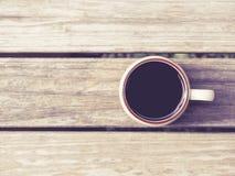 在木背景葡萄酒样式的咖啡杯 库存图片