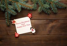 在木背景葡萄酒纸牌的圣诞节装饰 免版税库存照片