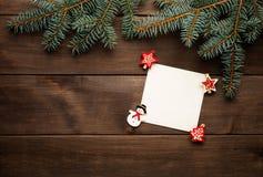 在木背景葡萄酒纸牌的圣诞节装饰 免版税图库摄影