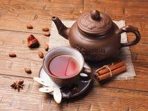 在木背景设置的亚洲茶黏土 免版税库存图片