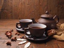 在木背景设置的亚洲茶黏土 免版税图库摄影