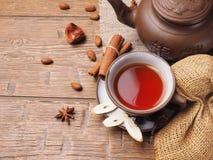 在木背景设置的亚洲茶黏土 库存图片