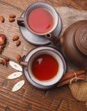 在木背景设置的亚洲茶黏土 免版税库存照片