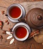 在木背景设置的亚洲茶黏土 图库摄影