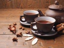 在木背景设置的亚洲茶黏土 库存照片