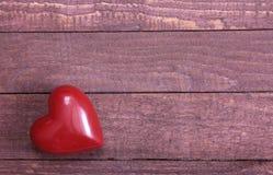 在木背景隔绝的美好的红色心脏 免版税库存图片