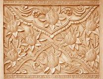 在木背景雕刻的花的样式 免版税库存图片