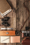 在木背景顶视图的旅客事 免版税图库摄影