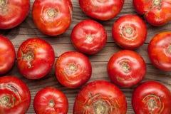 在木背景顶视图的有机农厂蕃茄 免版税库存照片
