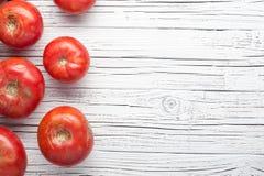 在木背景顶视图,框架,警察的有机农厂蕃茄 免版税图库摄影