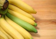 在木背景香蕉,饮料食物,新鲜的未加工的ba的香蕉 免版税库存照片