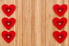 在木背景,一张贺卡的很多红色心脏为华伦泰` s天 库存照片