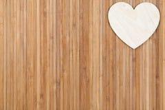 在木背景,一张贺卡的心脏为华伦泰` s天 免版税库存照片
