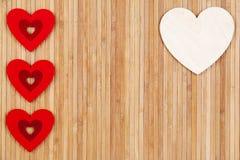 在木背景,一张贺卡的心脏为华伦泰` s天 库存照片