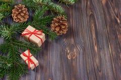 在木背景,与拷贝空间的减速火箭的样式的圣诞节礼物 免版税库存照片