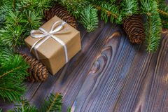 在木背景,与拷贝空间的减速火箭的样式的圣诞节礼物 图库摄影