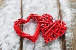 在木背景,华伦泰` s天,假日的两红色心脏爱 库存照片
