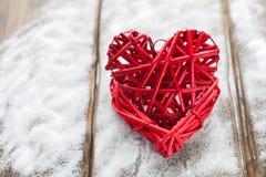 在木背景,华伦泰` s天,假日的两红色心脏爱 免版税库存图片