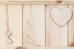 在木背景,卡片的心脏为华伦泰` s天 免版税图库摄影