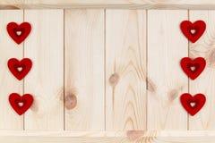 在木背景,卡片的心脏为华伦泰` s天 库存照片