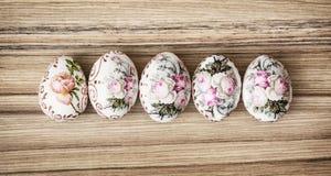 在木背景,复活节假日的五颜六色的复活节彩蛋 库存图片