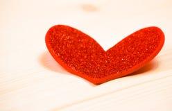 在木背景,情人节的概念的一装饰红色心脏 免版税库存图片