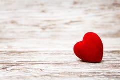 在木背景,情人节装饰,爱conce的心脏 免版税库存照片