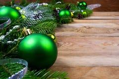 在木背景,拷贝空间的圣诞节绿色中看不中用的物品 免版税库存图片
