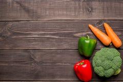 在木背景,拷贝空间的新鲜的有机蔬菜 红萝卜,胡椒,硬花甘蓝顶视图 图库摄影