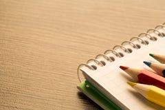在木背景,拷贝空间的颜色铅笔 免版税库存照片