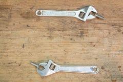 在木背景,板钳的工具供应 免版税库存图片