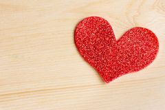 在木背景,爱的概念的一装饰红色心脏 免版税库存照片