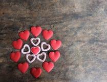 在木背景,爱骗局的情人节红色和桃红色心脏 库存图片
