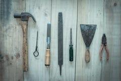 在木背景,葡萄酒图象的被分类的工作工具 免版税库存图片