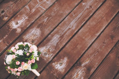 在木背景,被定调子的葡萄酒的美丽的婚礼花束 婚姻概念 免版税图库摄影