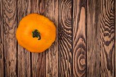 在木背景,顶视图图象的一个秋天南瓜 秋天背景,墙纸,海报 库存图片
