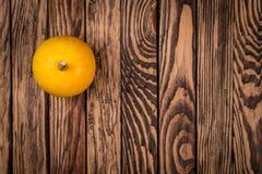 在木背景,顶视图图象的一个秋天南瓜 秋天背景,墙纸,海报 免版税库存照片