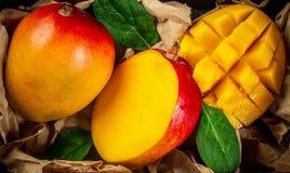 在木背景,顶视图的著名亚尔方索芒果切片 免版税库存图片
