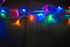 在木背景, bokeh背景的轻的闪烁葡萄酒, defocused 生日快乐,情人节,圣诞灯 免版税库存图片