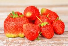 在木背景, DOF的草莓 免版税库存图片