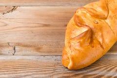 在木葡萄酒桌上的新鲜面包在红色概略的背景 库存图片