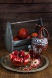 在木葡萄酒背景的成熟石榴果子 在黑暗的背景的红色汁液石榴 新鲜的水多的石榴- 库存图片