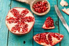 在木葡萄酒背景的成熟石榴果子 食物健康素食主义者 图库摄影