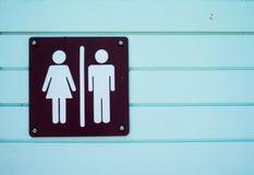 在木蓝色的标志标签男性和女性洗手间 图库摄影
