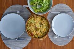 在木表上供食的夏南瓜果馅饼穿戴与色拉盘a 图库摄影